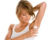 Mujer poniendose desodorante