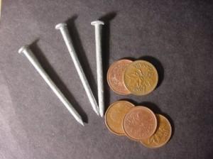 Clavos y monedas
